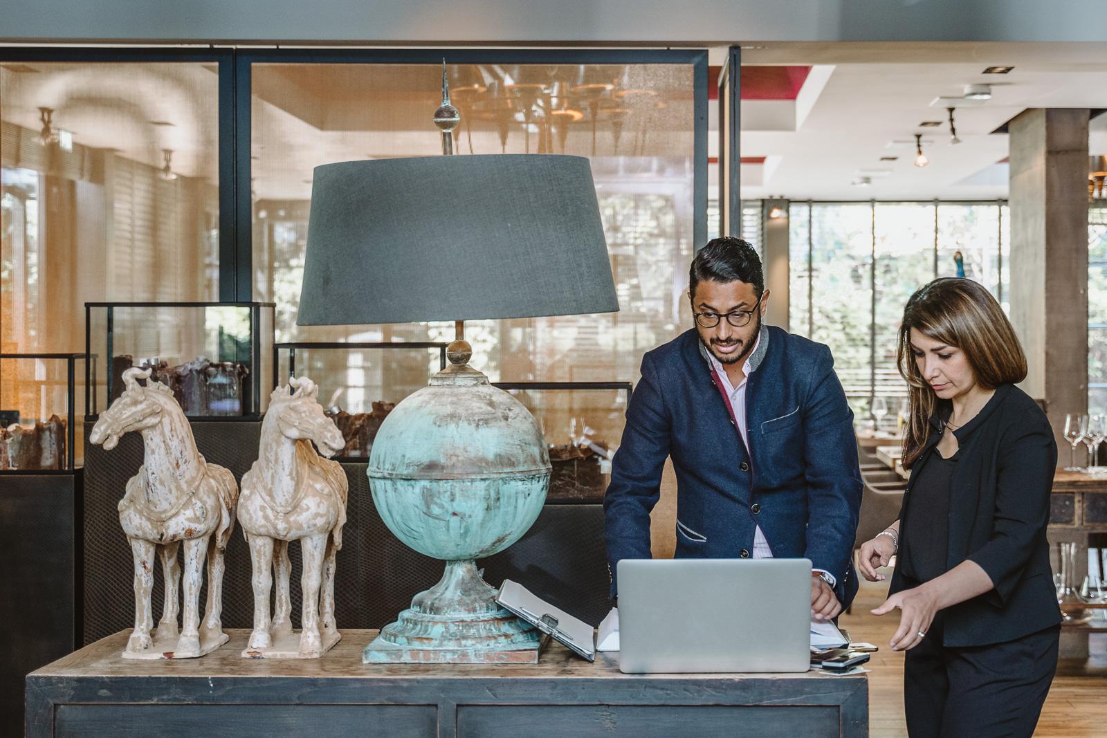 Businessfotografie - Oskar in der Remise in Bonn - Geschäftsführer checkt Termine
