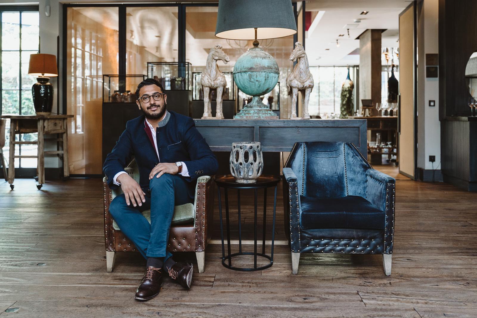 Businessportrait - Geschäftsführer sitzt im Sessel - Oskar in der Remise