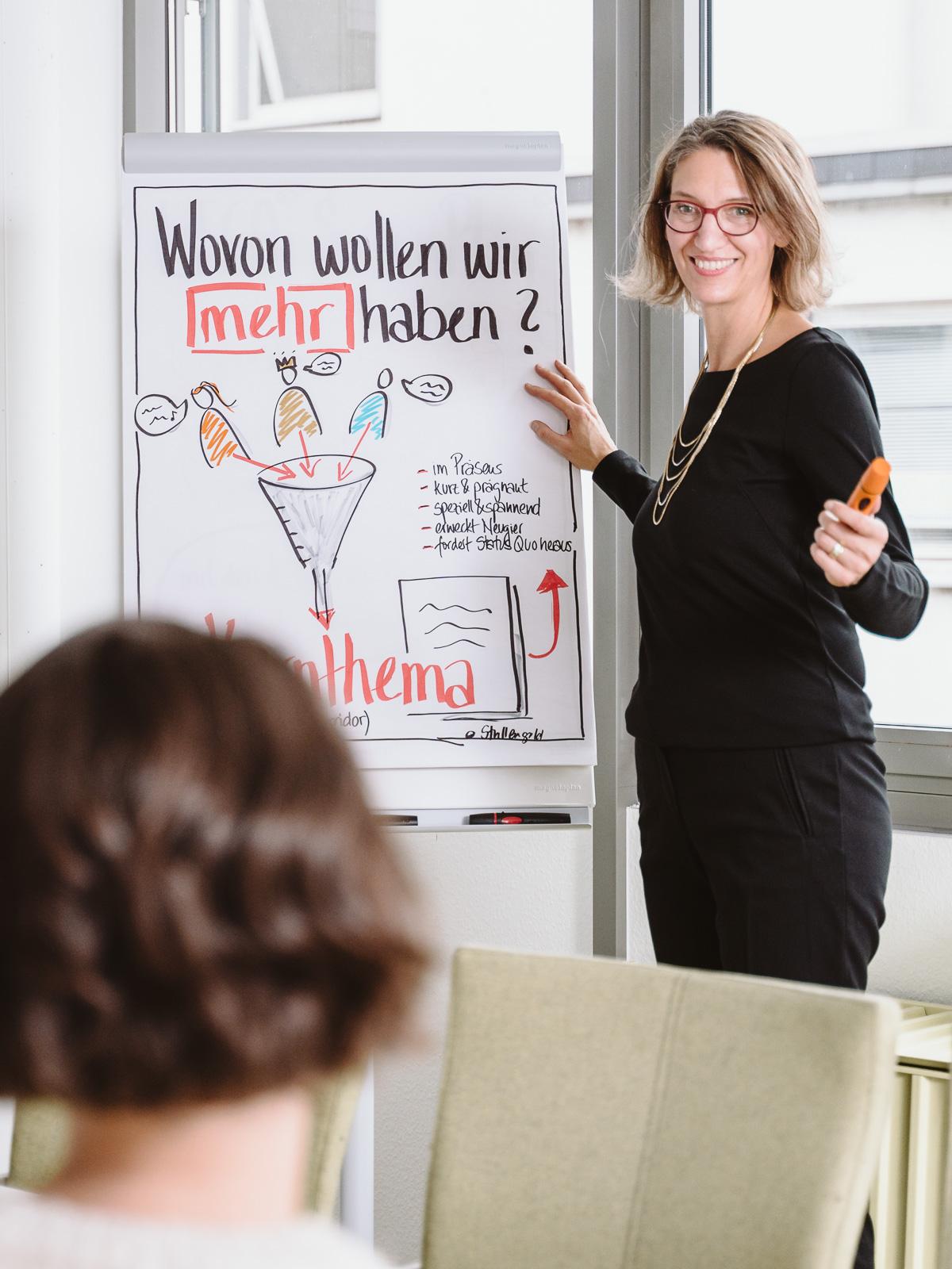 Coach lacht im Seminar - Businessporträts Fotograf Bonn