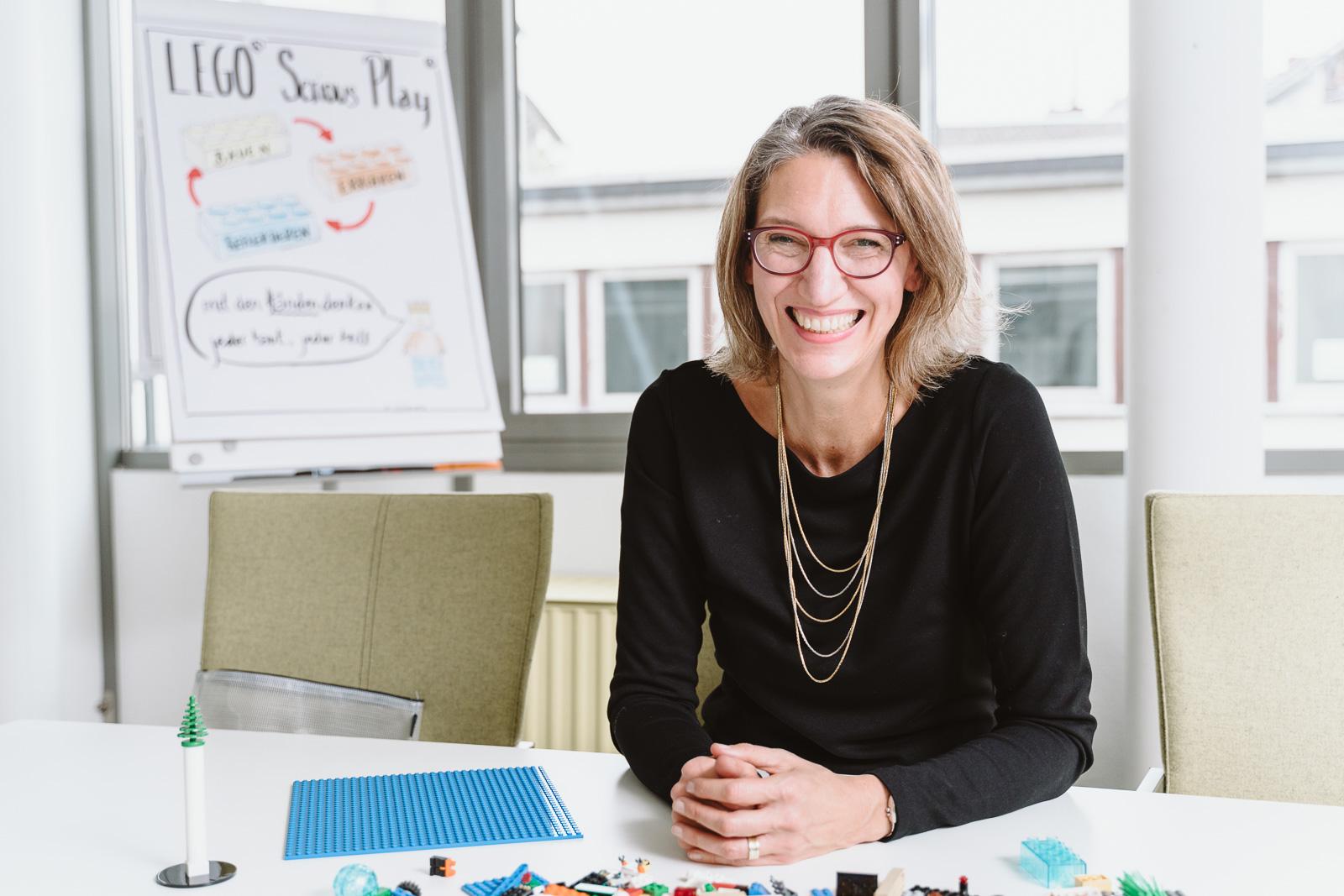 Frau lacht herzhaft - natürliche Businessporträts Fotograf Bonn