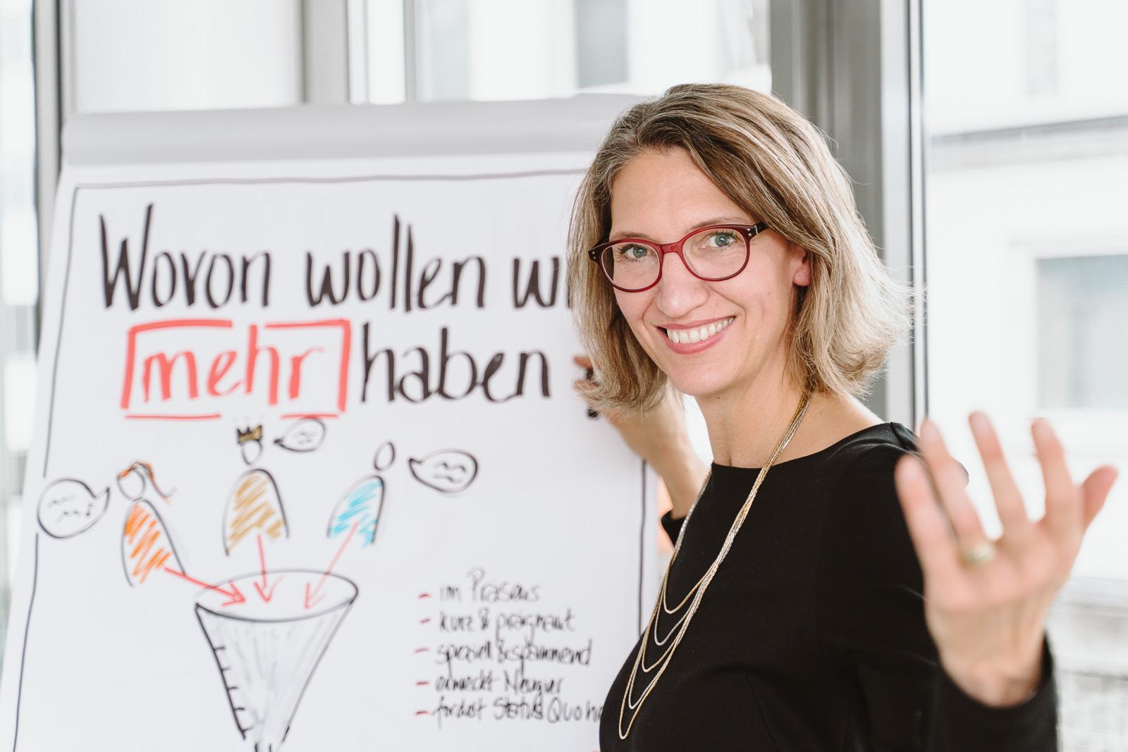 Coach im Seminar einladend - Businessporträts Fotograf Bonn