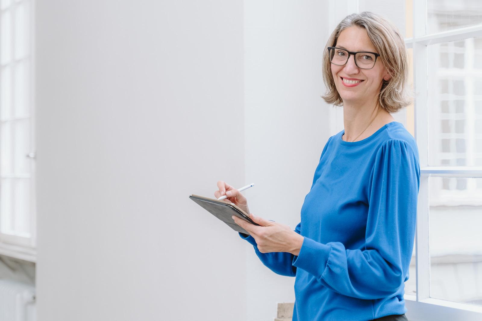 Frau arbeitet am ipad - Businessporträts Fotograf Bonn