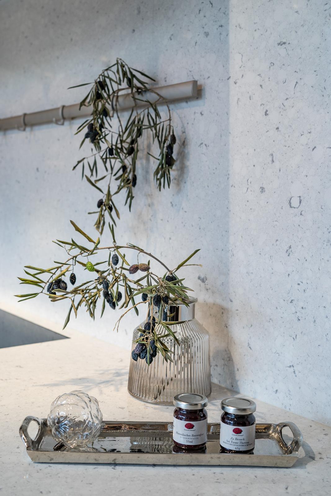 Küchen Galerie Bonn - Vase mit Olivenzweig- Businessshooting Bernadett Yehdou