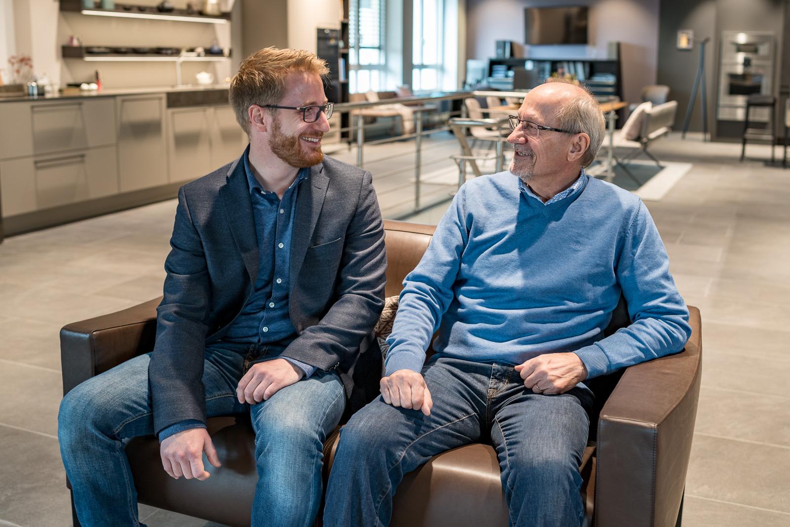 Küchen Galerie Bonn Christian Schröter mit Vater auf Sofa - Unternehmensporträt Bernadett Yehdou