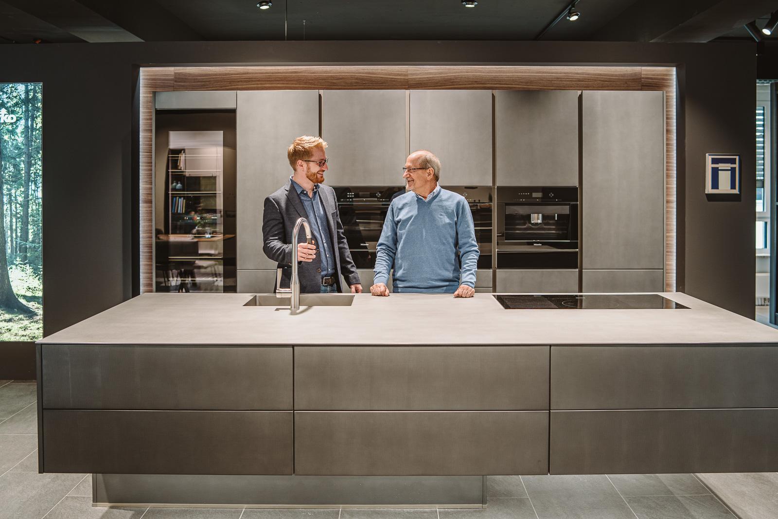 Küchen Galerie Bonn Christian Schröter mit Vater an schwebender Küche - Businessshooting Bernadett Yehdou