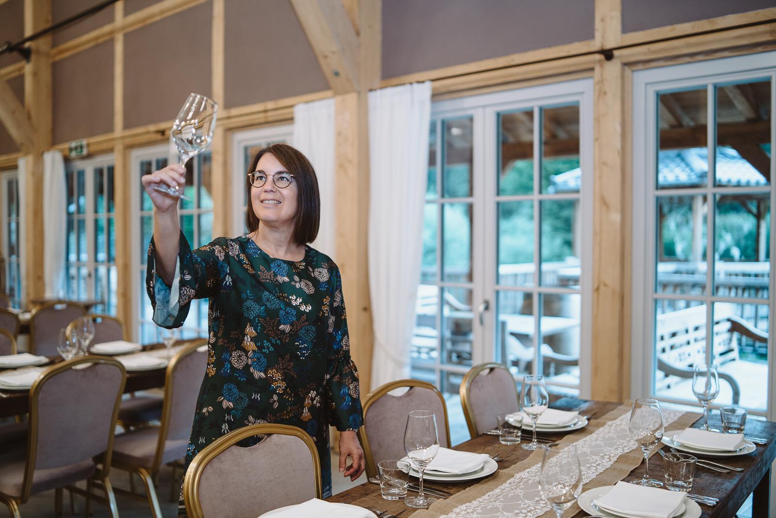 Iris Krolop Weddingplanerin checkt Gläser - Hochzeitsfotografin Bernadett Yehdou