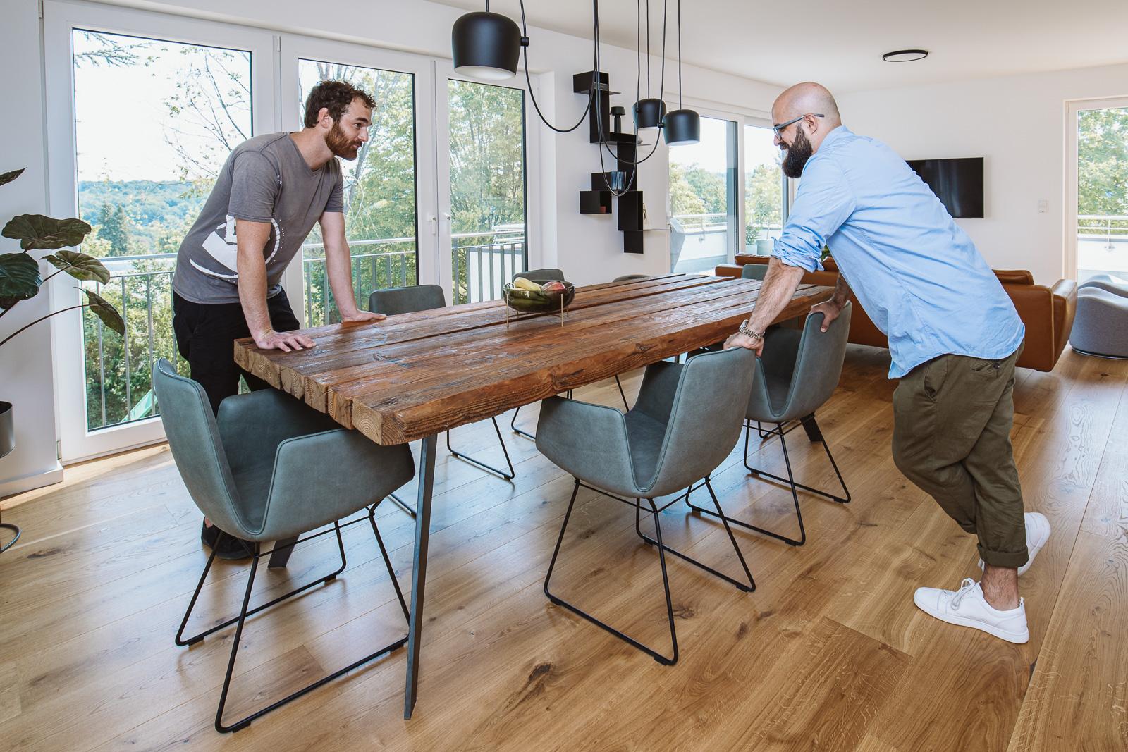Unternehmensfotograf Bernadett Yehdou - Schreiner von T&R räumegestalten - Kunde freut sich über tollen Tisch