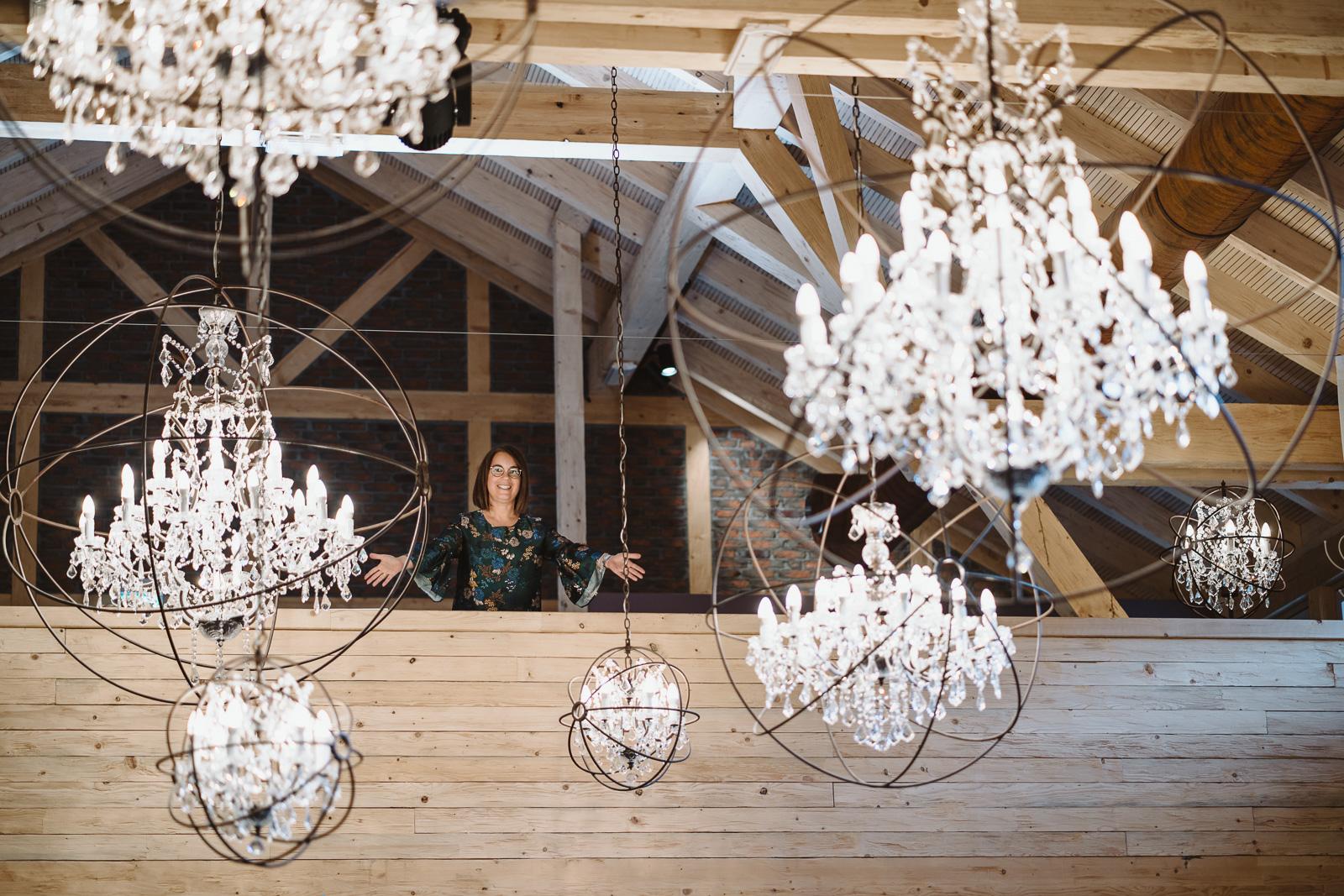 Iris Krolop Weddingplanerin zwischen Kronleuchtern - Hochzeitsfotografin Bernadett Yehdou