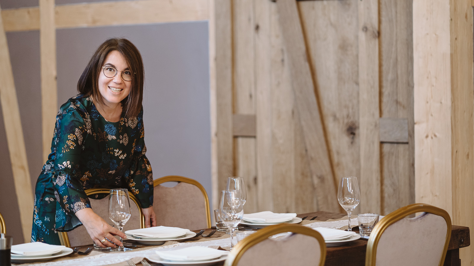 Iris Krolop Weddingplanerin überprüft die Tische - Businessporträts Bernadett Yehdou