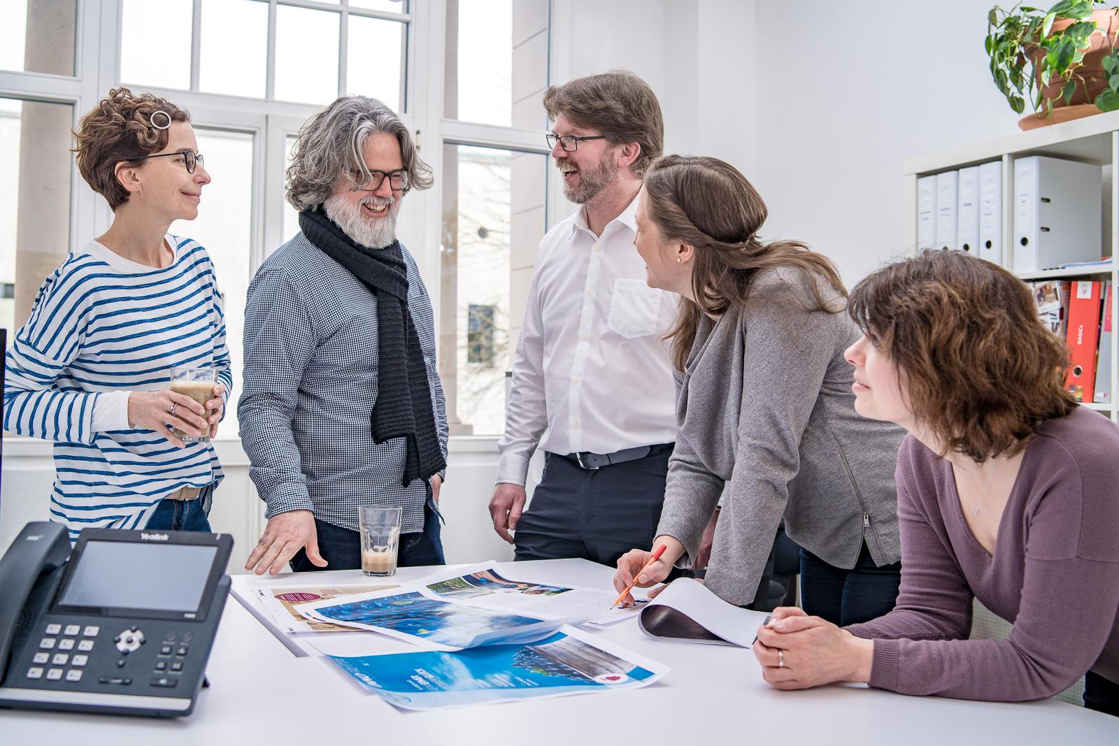 Businessporträts Teambesprechung - Bernadett Yehdou Fotograf aus Bonn - Werbeagentur Verena Sons