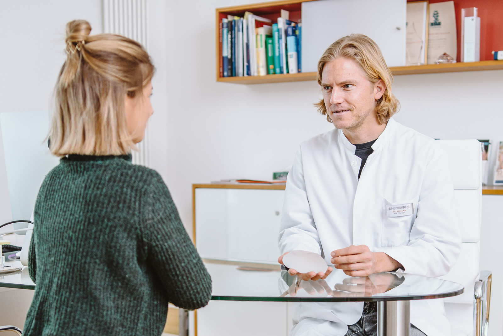 private Klinik für Dermatologie und ästhetische Chirurgie - Arzt zeigt Brustimplantat - Bernadett Yehdou Fotografin