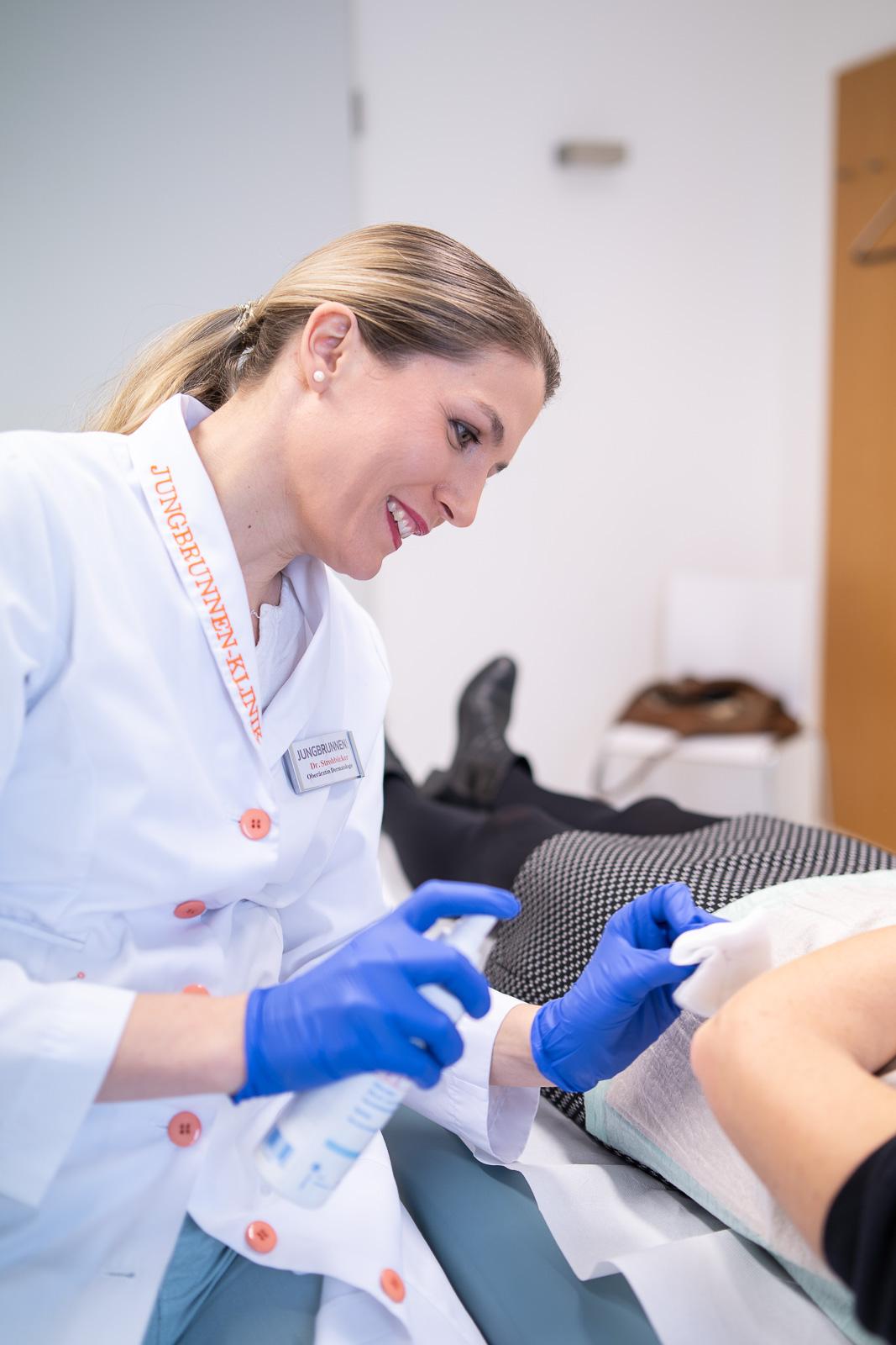 private Klinik für Dermatologie und ästhetische Chirurgie - Ärztin desinfiziert Arum - Bernadett Yehdou Fotografin