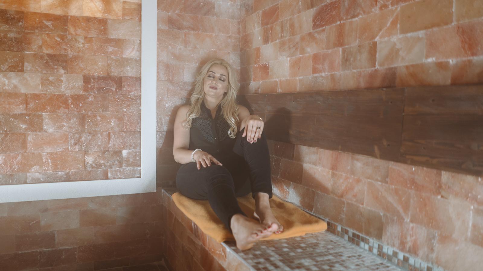 Unternehmensreportage - Salzgrotte Beuel Vital - Frau im Inhalationsraum