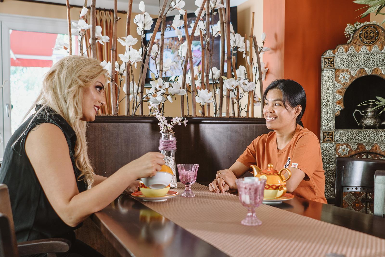 Unternehmensreportage - Salzgrotte Beuel Vital - Frauen trinken Tee nach Behandlung