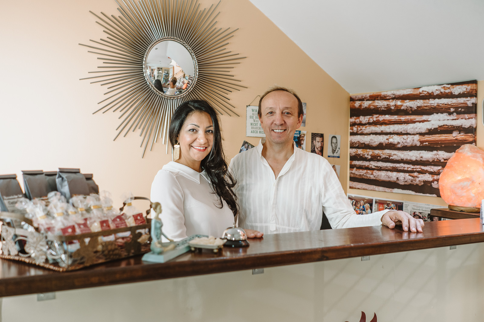 Unternehmensfotografie - Salzgrotte Beuel Vital - Inhaberin Ilham Houma und Herr Görzen am Empfang