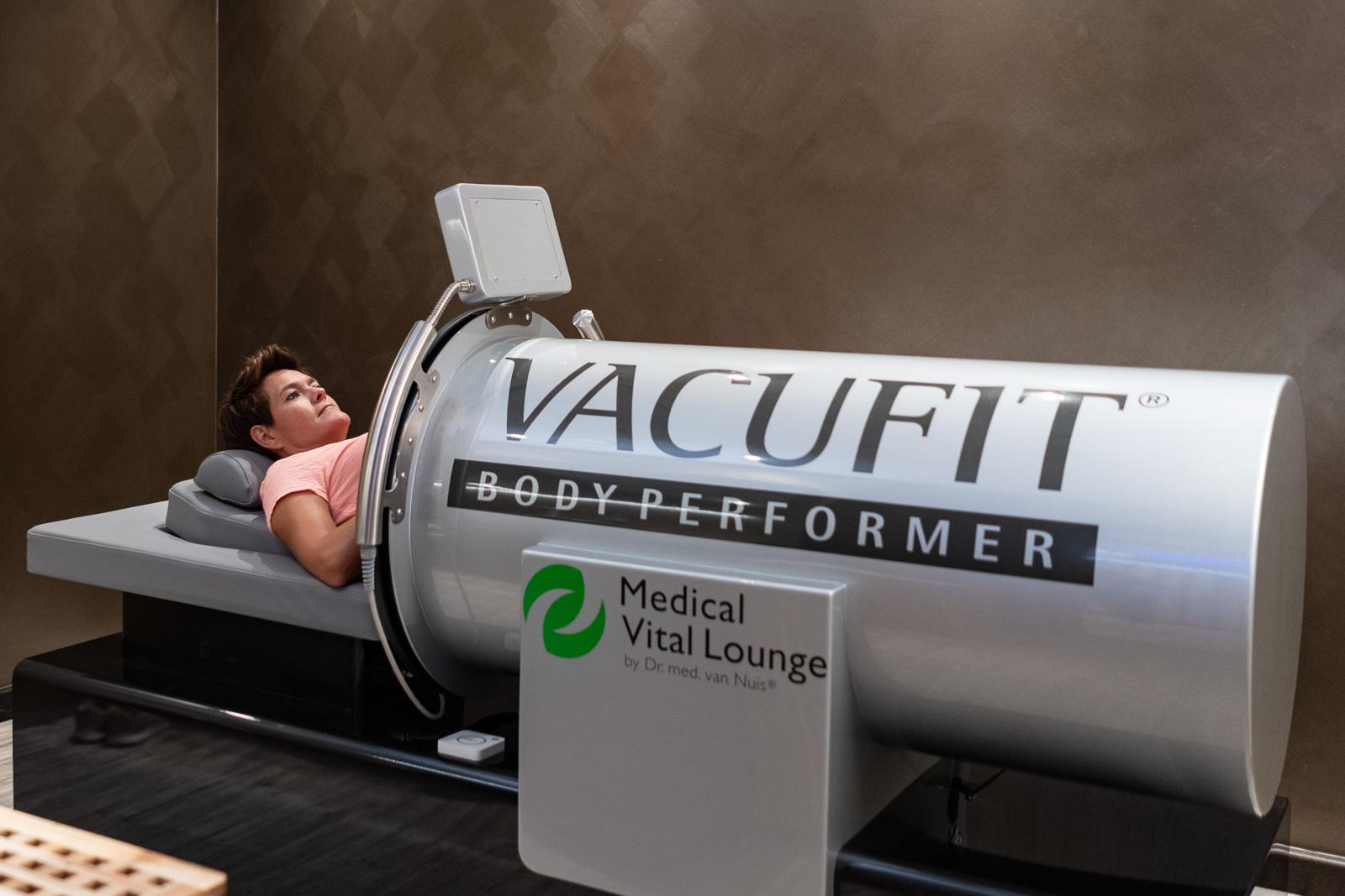 Unternehmensfotografie - Visiolife Schönheit Wellness - Frau liegt im Vacufit