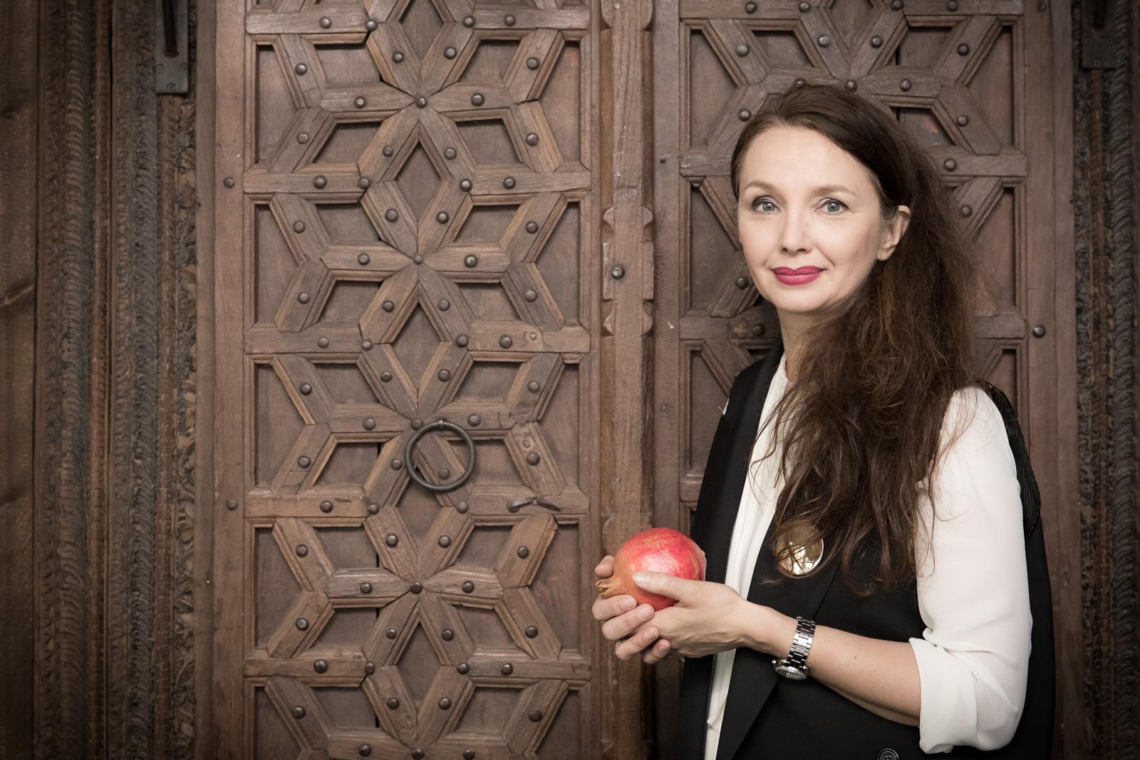 Unternehmensfotografie-Trinitae-Bernadett Yehdou-Fotograf-Elena Heuft mit Granatapfel