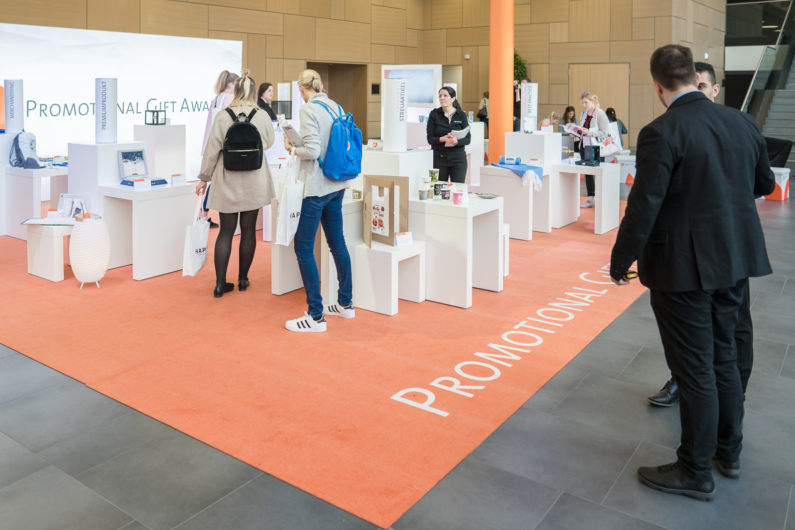 Messefotografie - Haptica - Bonn - Veranstalter WA Media - Gäste schauen sich die neuesten Innovationen an