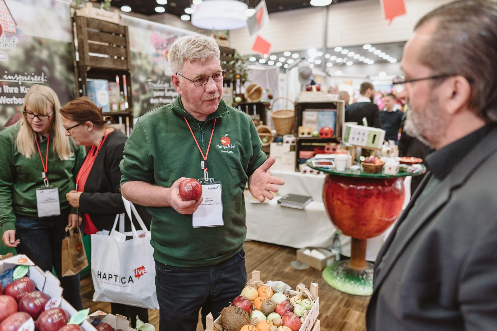 Fotografin Bonn - Messe Haptica  - Messegespräch mit Apfel