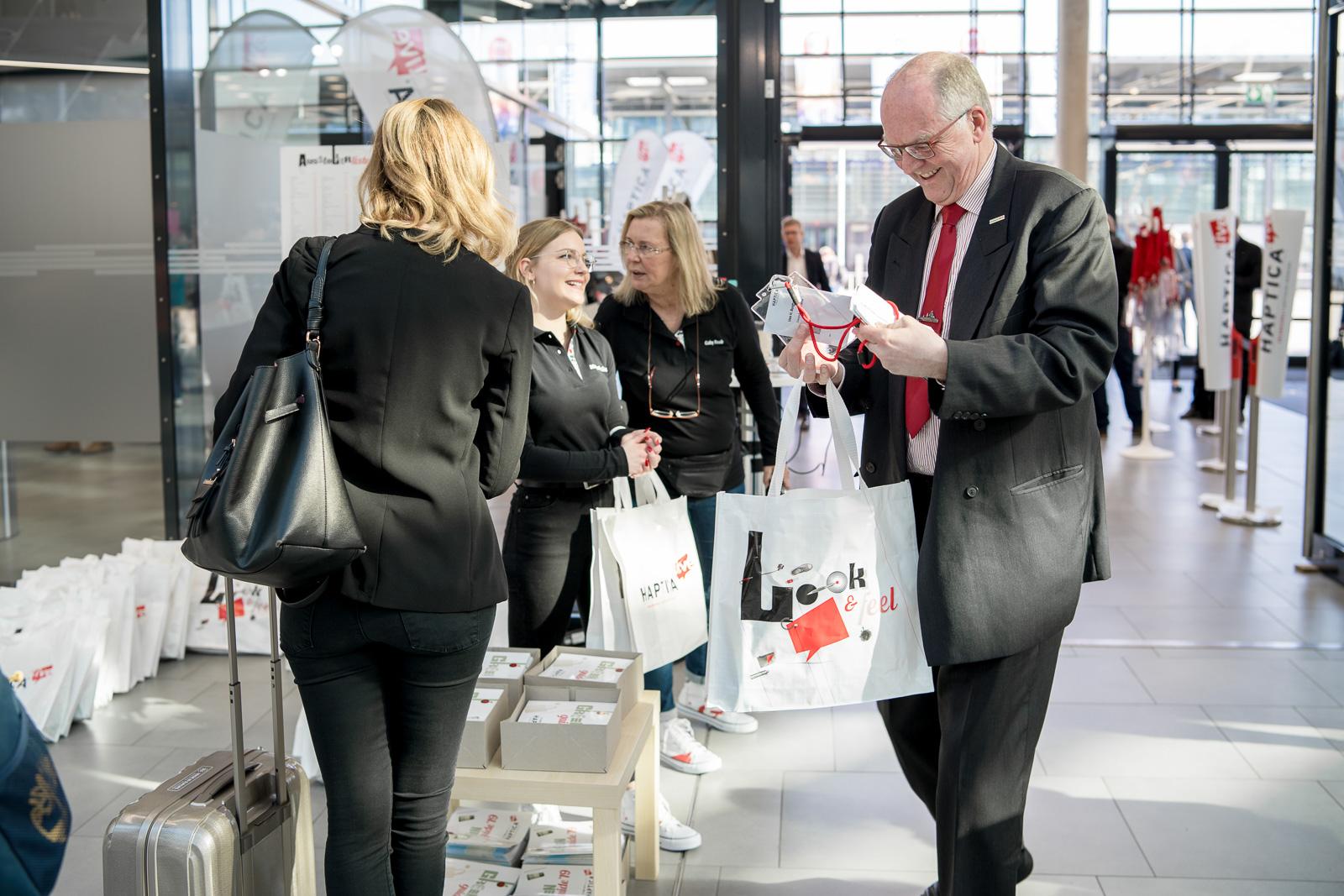 Messefotografie - Haptica - Bonn - Veranstalter WA Media - Gäste treffen ein