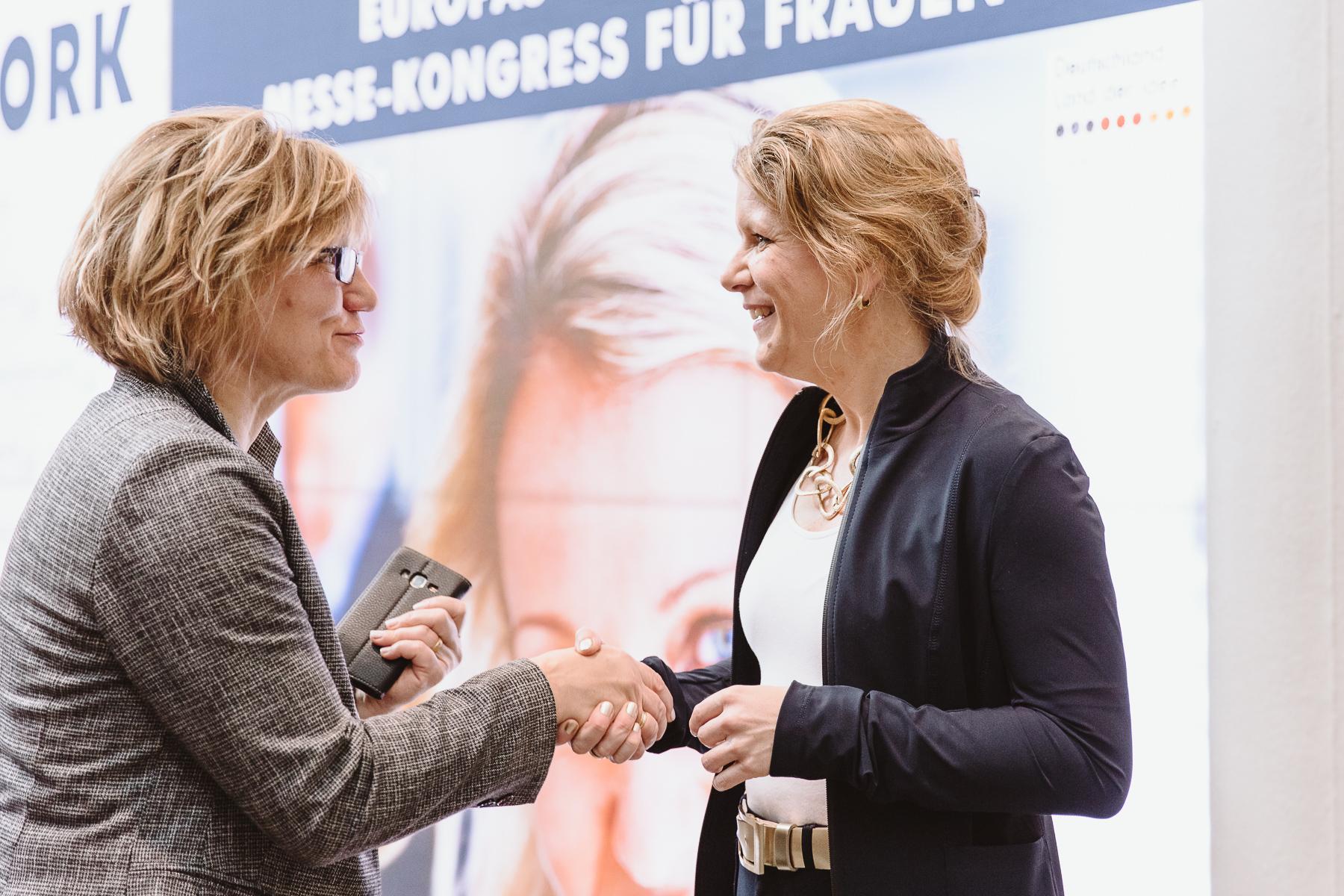 Kongressfotografie - women&work - Melanie Vogel schüttelt Hand einer Buchleserin