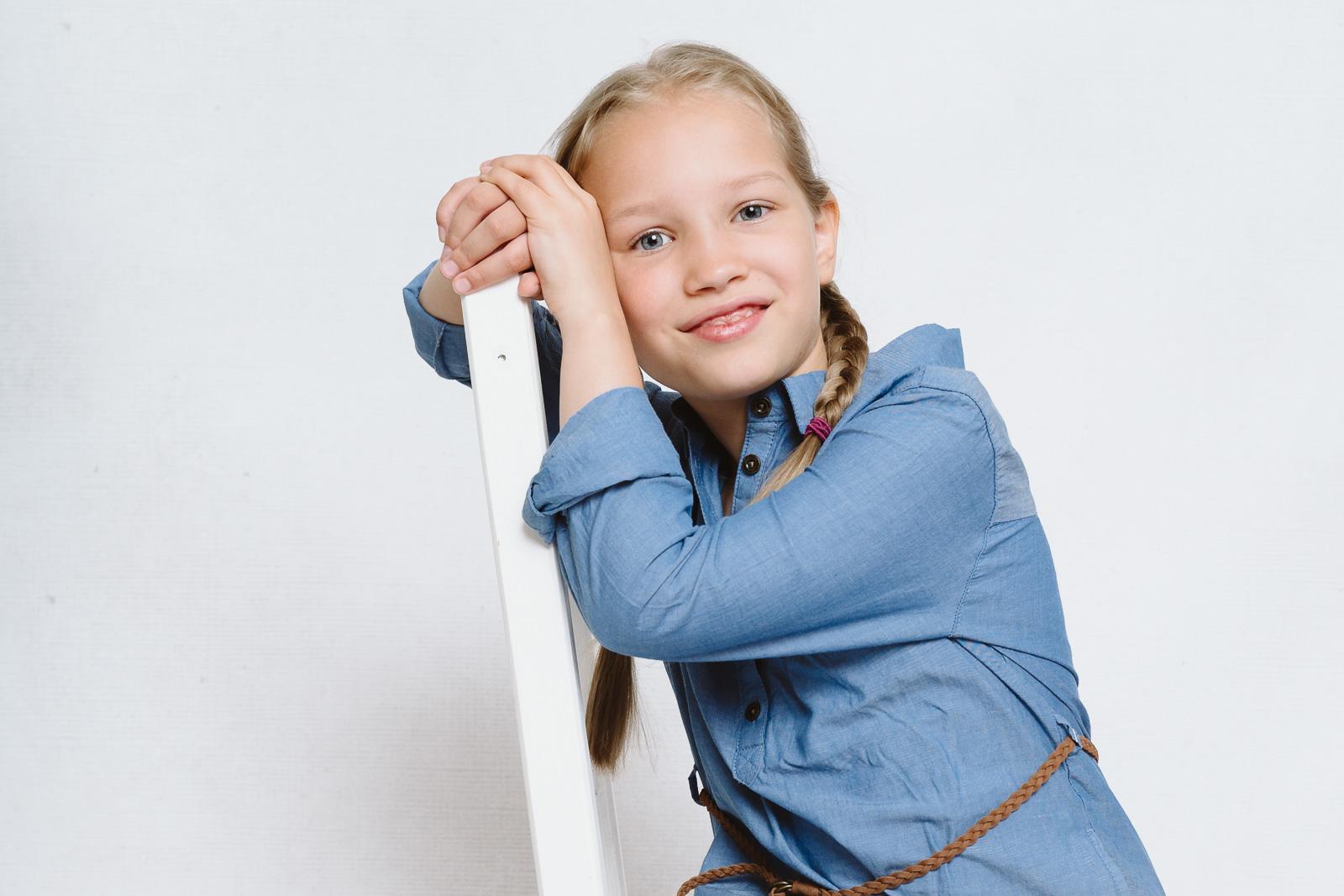 Kind sitzt auf Stuhl-Kindergartenfotografin aus Bonn