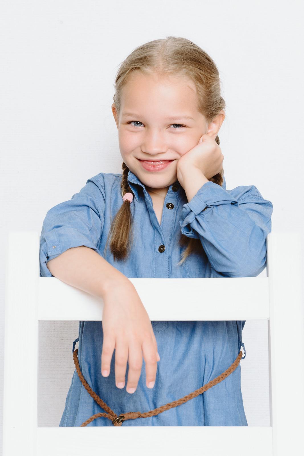Kind kniet auf Stuhl-Kindergartenfotografin Yehdou aus Bonn