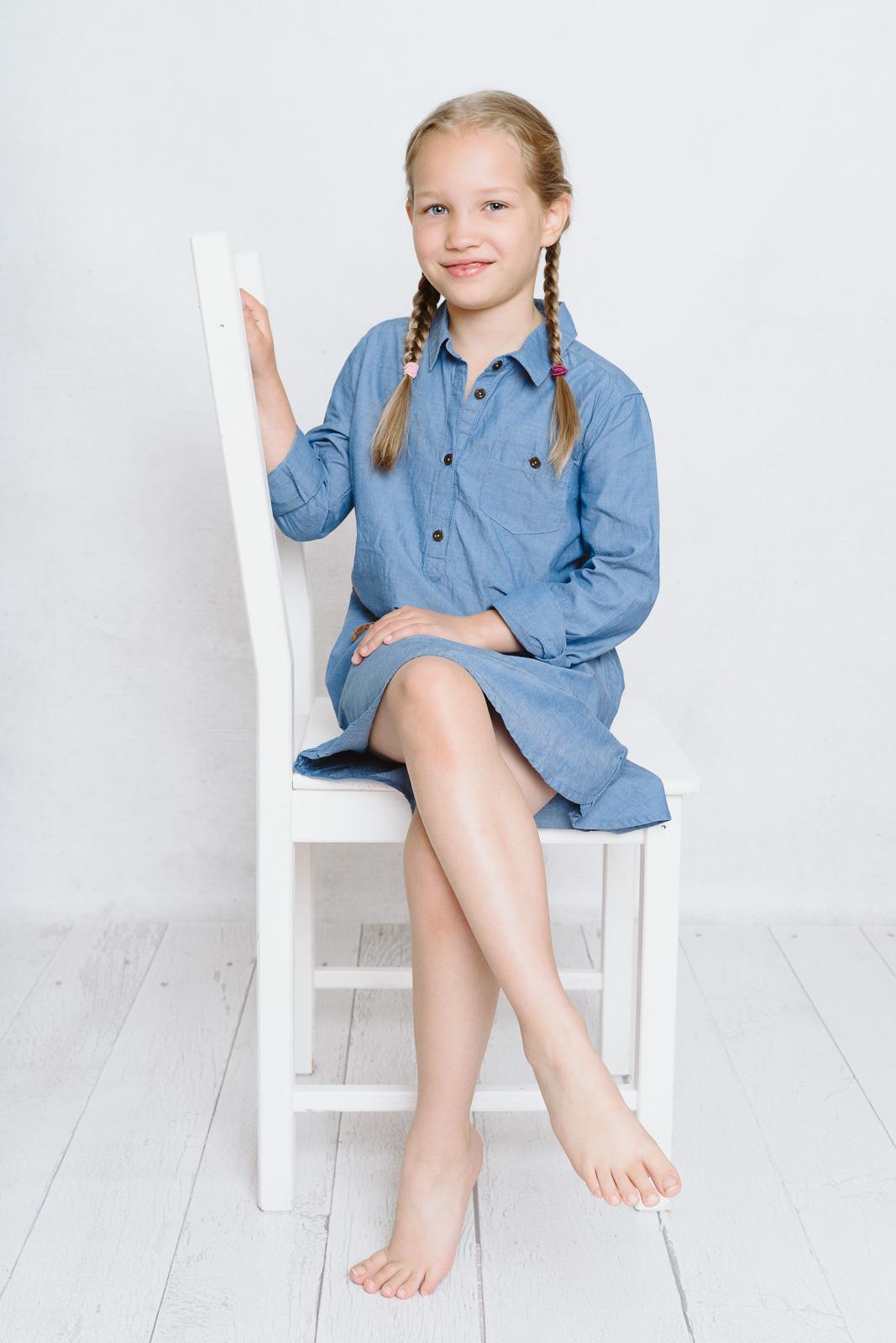 Kind sitzt auf Stuhl-Grundschulfotografie aus Bonn