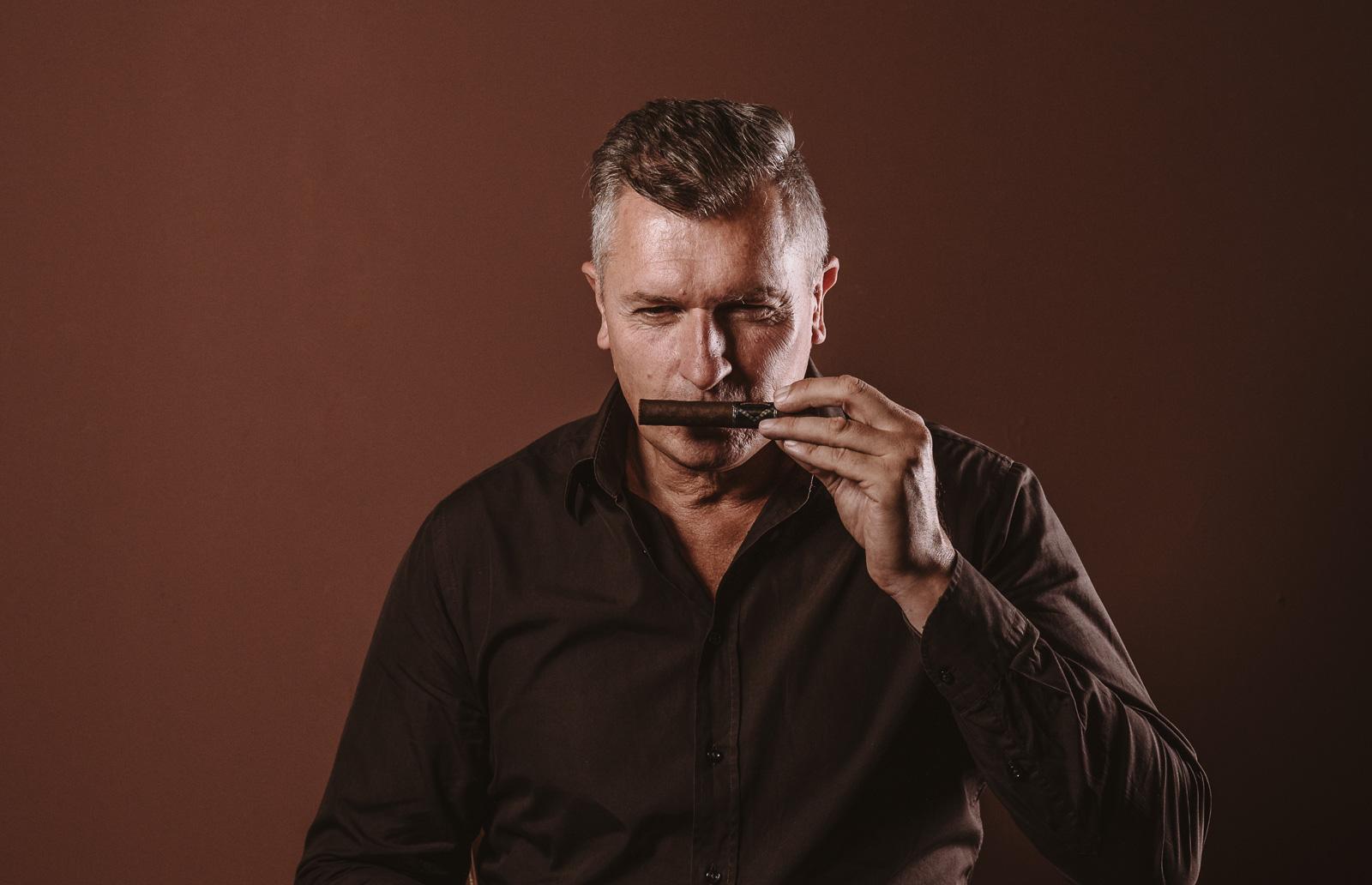 Porträtshooting - Gilbert Köhne vom Konzeptstore Herzblut riecht an Zigarre