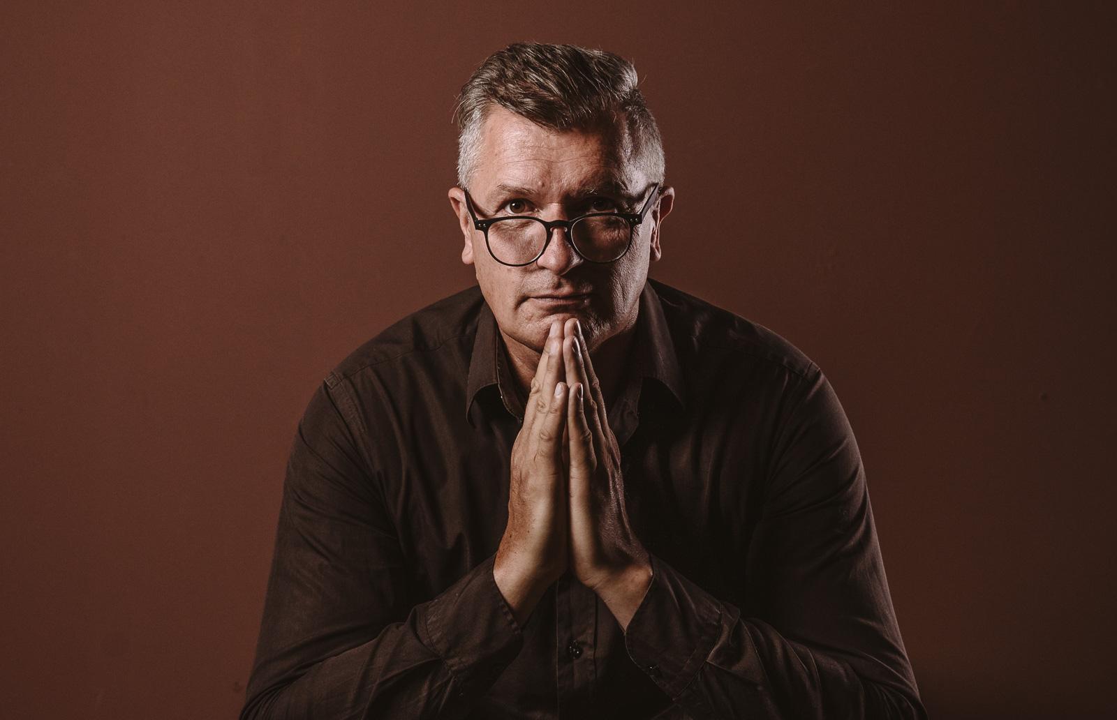 Porträtshooting - Gilbert Köhne vom Konzeptstore Herzblut hört aufmerksam zu
