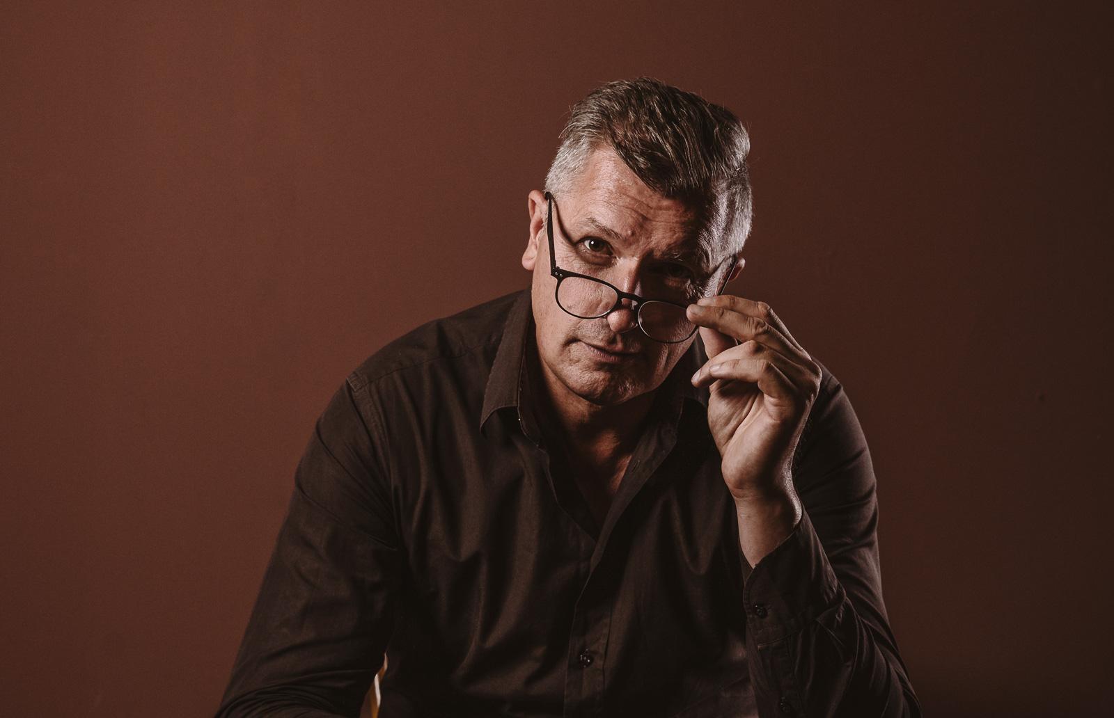 Porträtshooting - Gilbert Köhne vom Konzeptstore Herzblut nimmt seine Brille ab