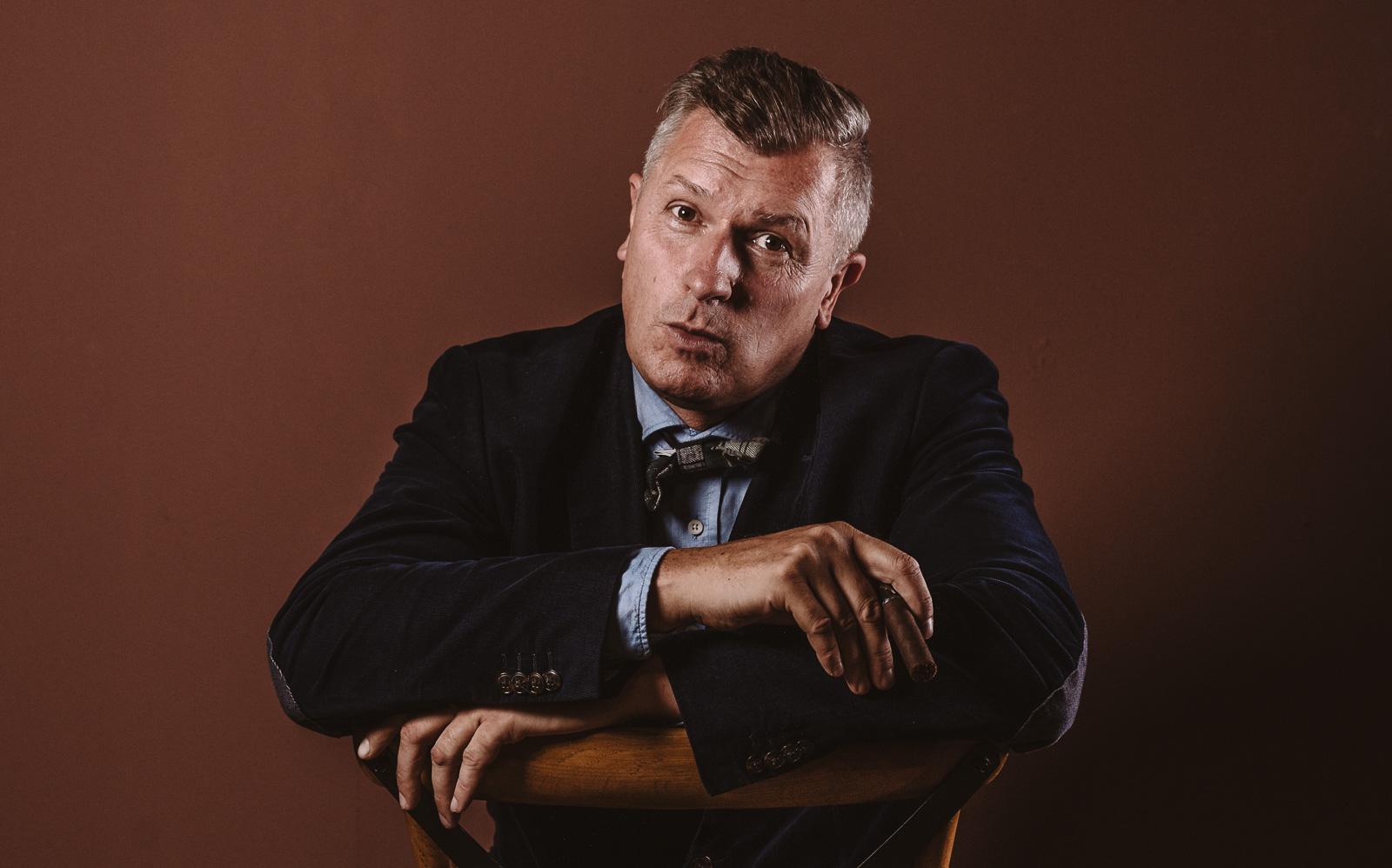 Porträtshooting - Gilbert Köhne vom Konzeptstore Herzblut überlegt mit Zigarre