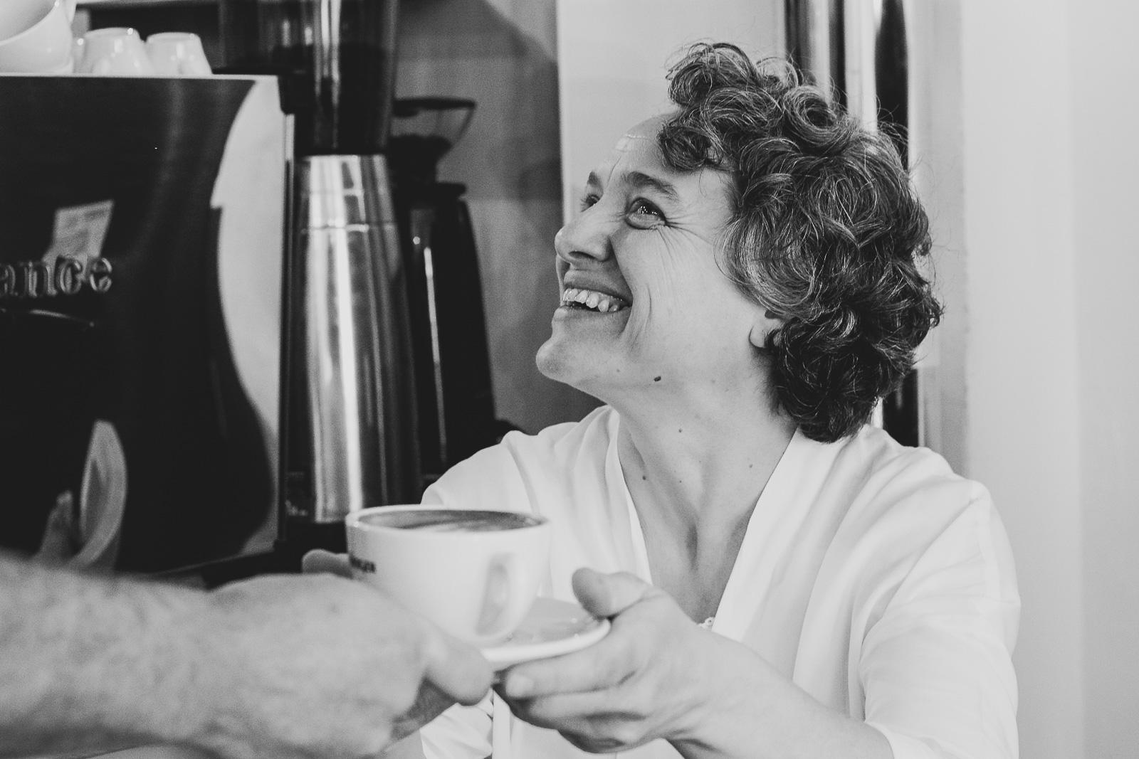 Frau freut sich über duftenden Kaffee