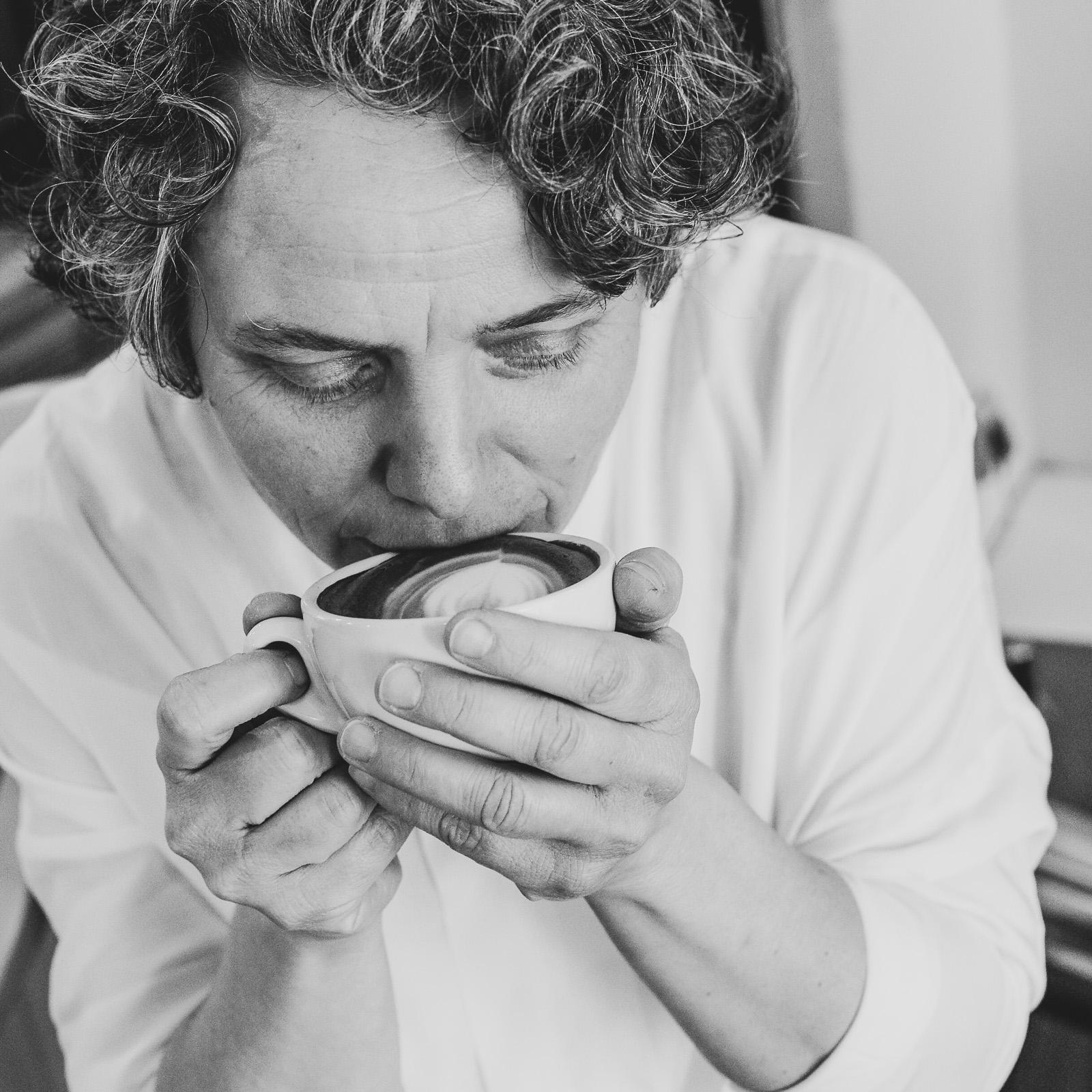Frau trinkt Kaffee Unternehmensfotografie Yehdou Frau trinkt Kaffee