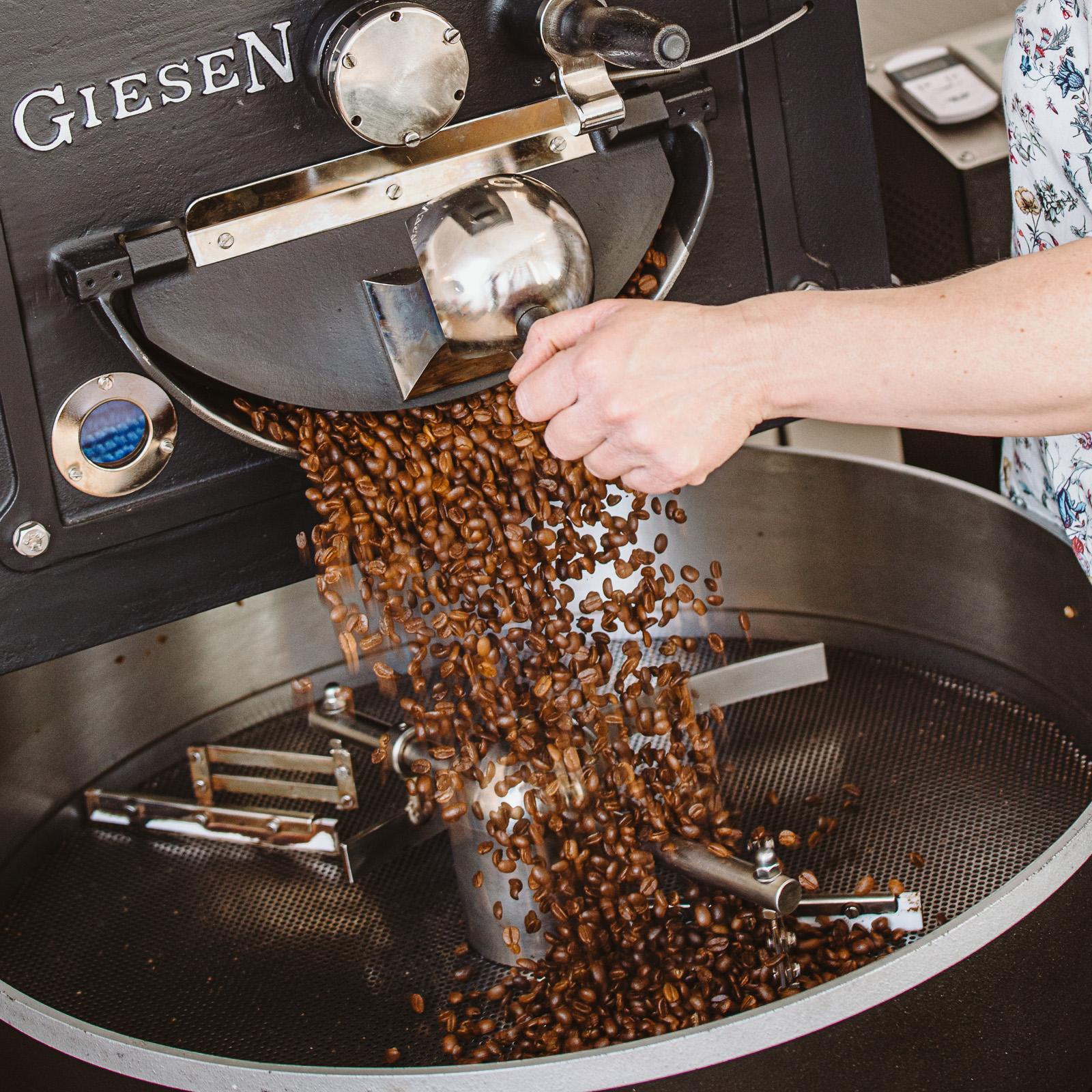 Kaffeebohnen fallen aus Maschine - Unternehmensfotograf Bernadett Yehdou