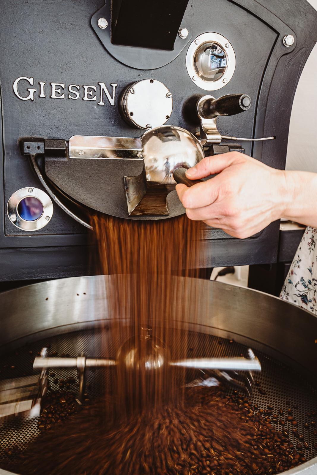 Kaffeebohnen fallen - Businessfotograf Bernadett Yehdou