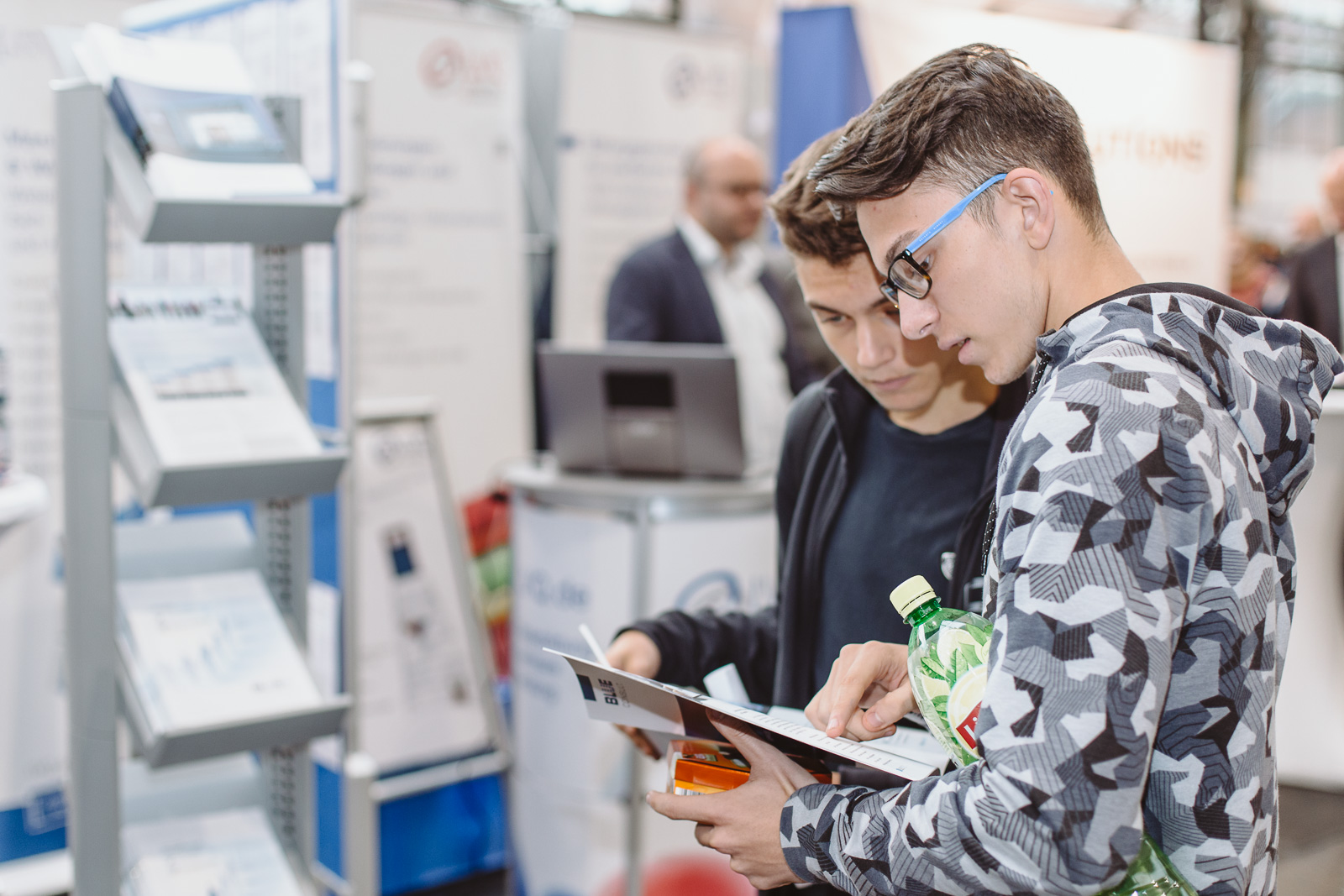 Messefotografie - Reportagefotografie - Kalaydo Jobmesse -Karrieretag-Jugend liest interessiert