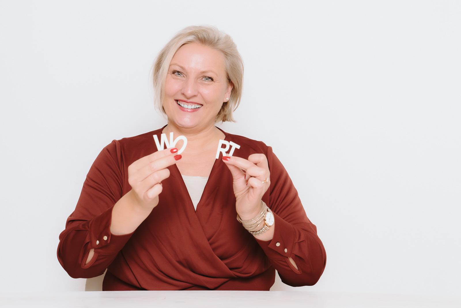 Businessporträts - Logopädin Kerstin Winterboer zeigt- das Wort geht leicht von der Zunge