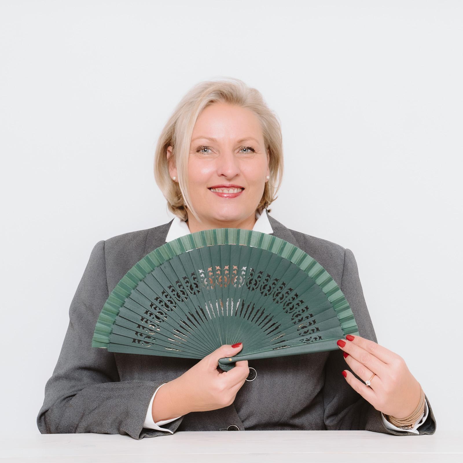 Businessporträts - Logopädin Kerstin Winterboer zeigt- Stimmentfaltung mit Leichtigkeit