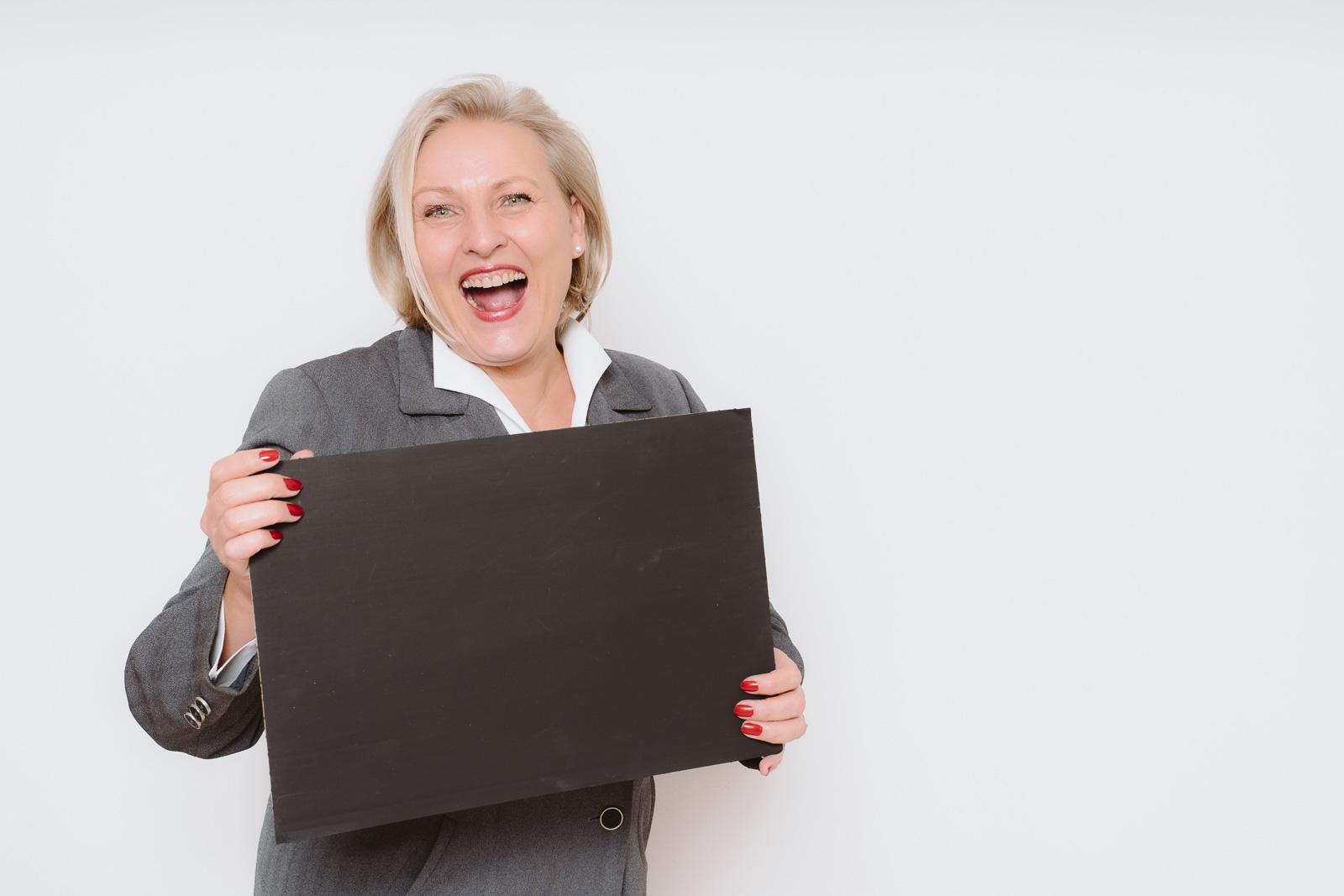 Businessporträts - Logopädin Kerstin Winterboer mit Tafel um viele Infos weiterzugeben