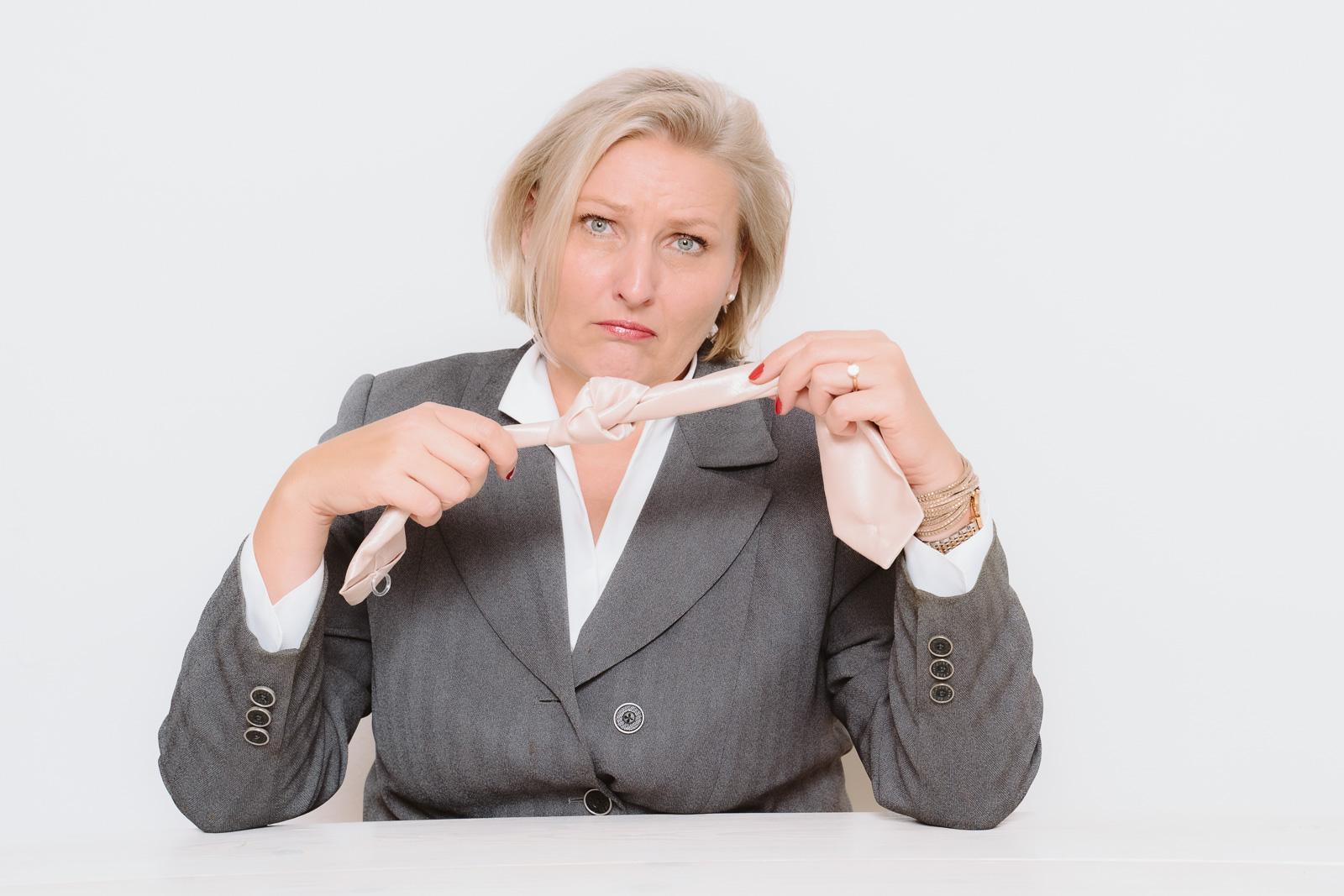 Businessporträts - Logopädin Kerstin Winterboer zeigt- Knoten in der Zunge