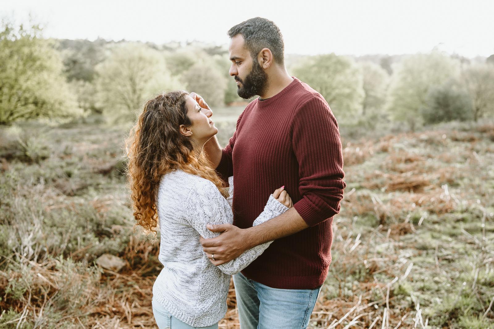 Paarfotografie-Mann streichelt Frau