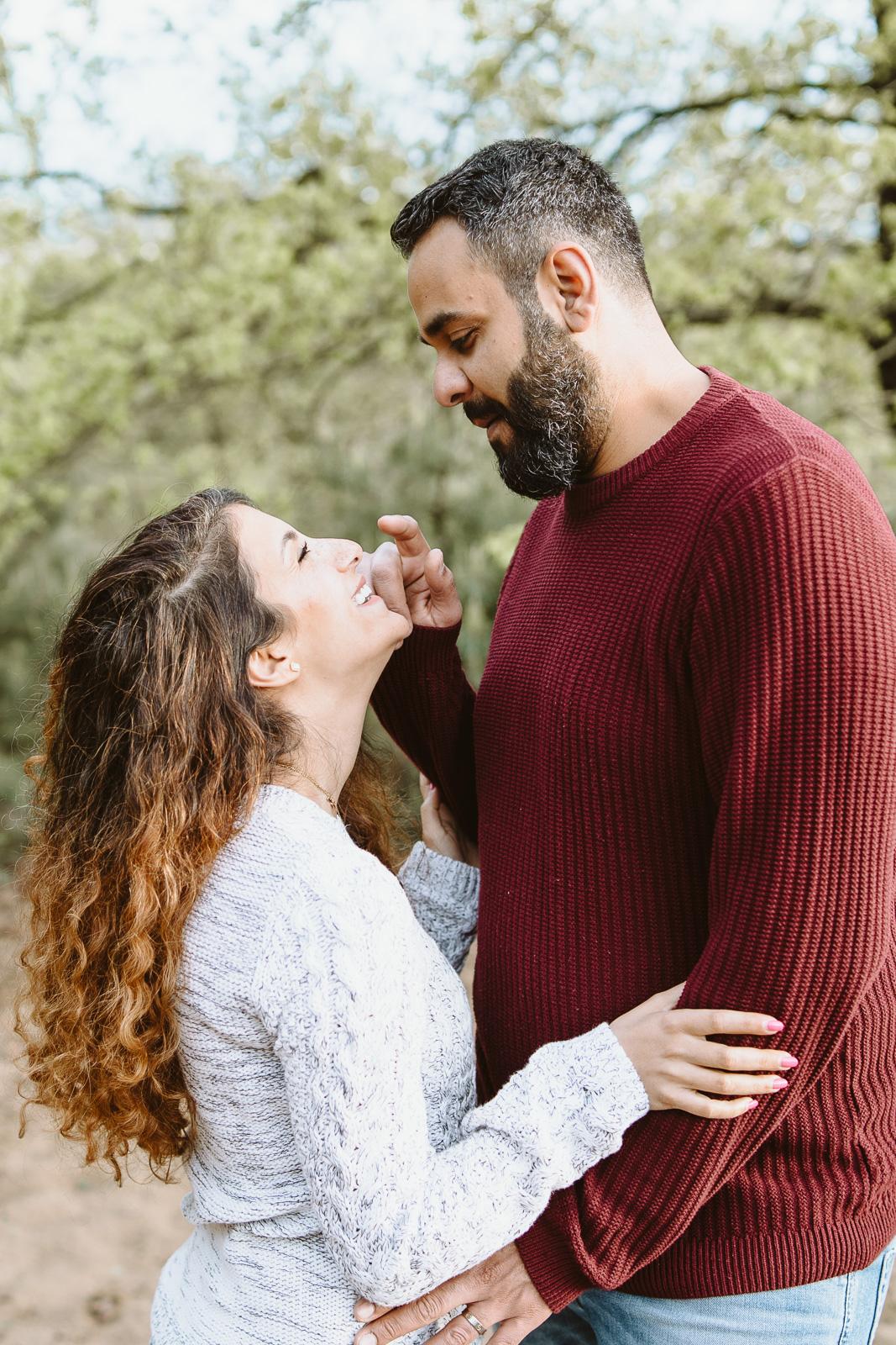 Paarfotografie-Mann und Frau lachen miteinander