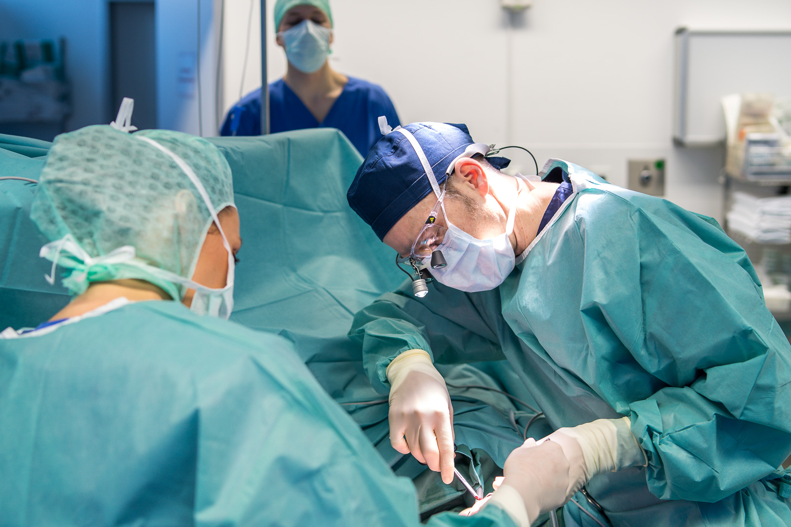 Unternehmensreportage - Dr. Sattler während einer Operation