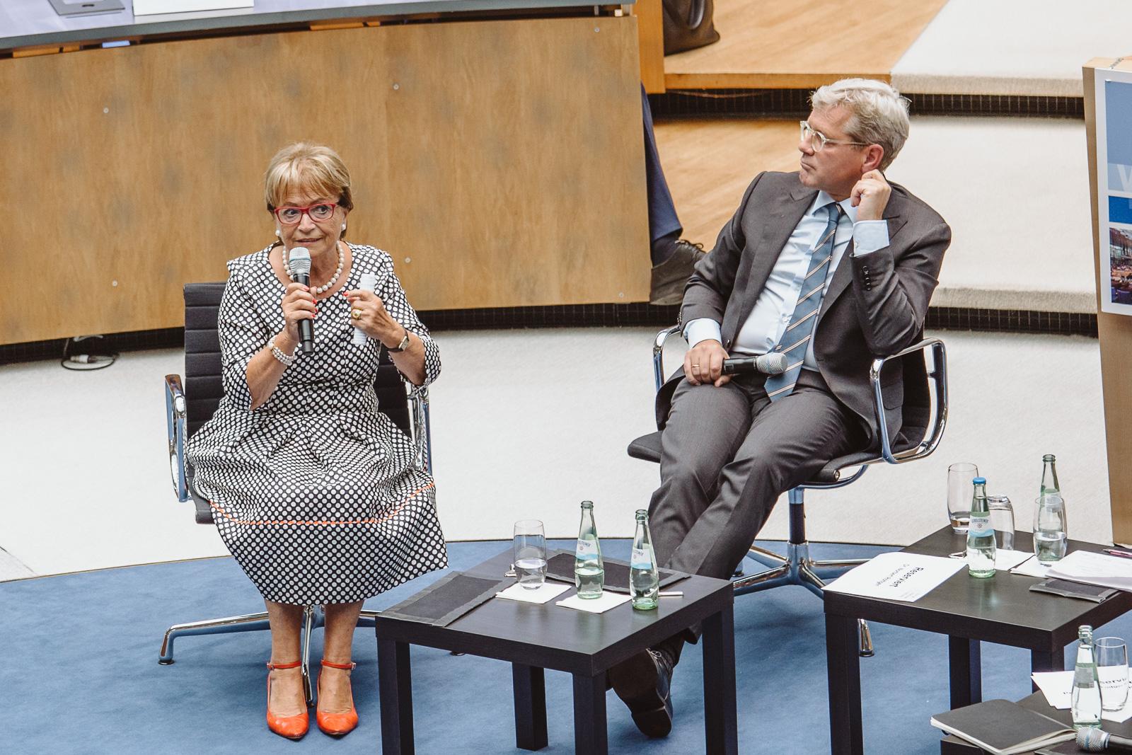 Konferenzfotografie - Dr. Norbert Röttgen hört zu - Wasserwerkgespräch der Konrad-Adenauer-Stifung