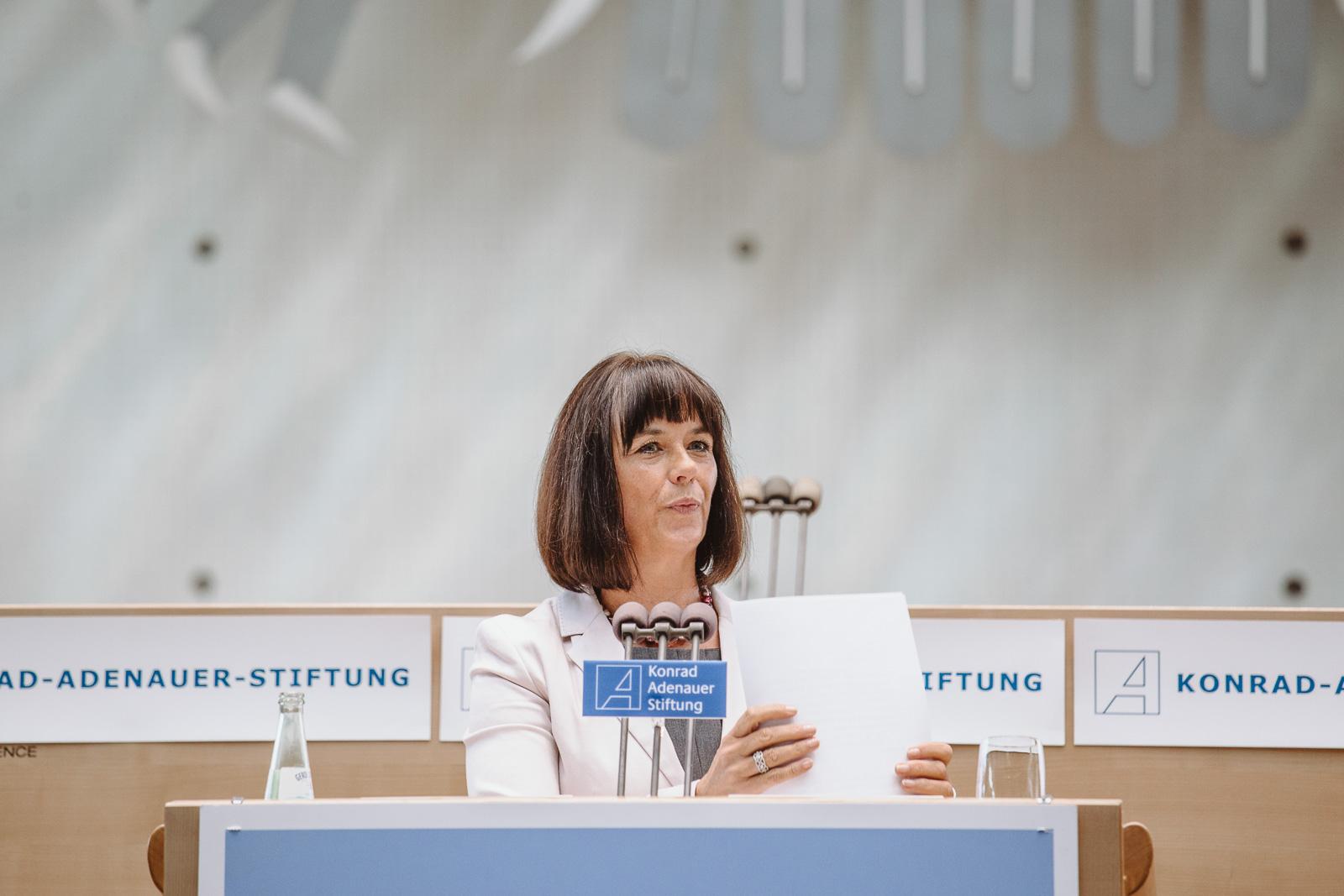 Konferenzfotografie - Frau auf Podium - Wasserwerkgespräch der Konrad-Adenauer-Stifung